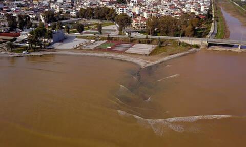 Συγκλονιστικές εικόνες: Η θάλασσα στο Άργος «βάφτηκε» κόκκινη (pics)
