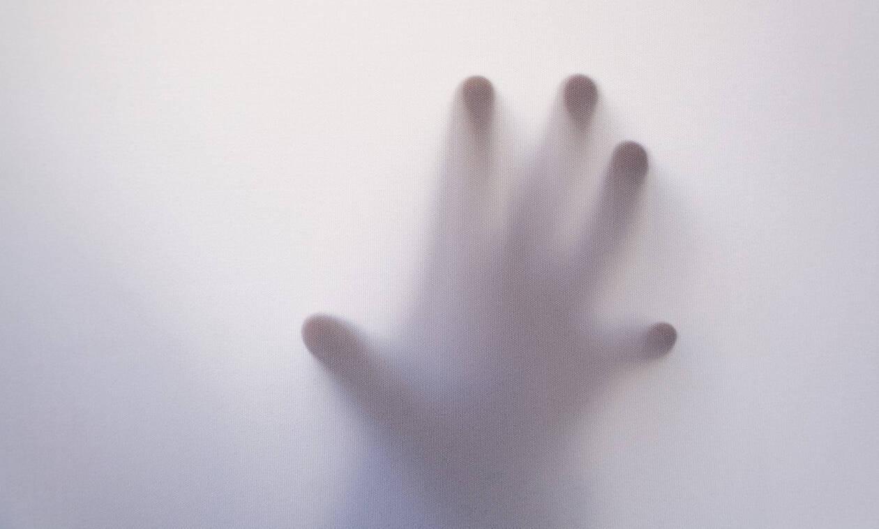 Νόμιζε ότι υπήρχε φάντασμα στη ντουλάπα της - Έπαθε ΣΟΚ όταν ανακάλυψε την αλήθεια! (Pics)