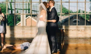 Τι απρόσμενο μπορεί να συμβεί σε μια φωτογράφηση γάμου; Δείτε τις φωτογραφίες και θα καταλάβετε