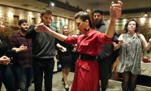 Η Κρητικοπούλα που έκλεψε την παράσταση σε ετήσιο χορό