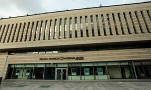 Επιτέθηκαν με σφυριά στο κτήριο της Εθνικής Ασφαλιστικής στη Συγγρού (pics)