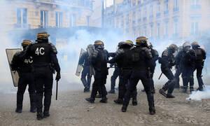 Βίντεο - σοκ από το Παρίσι: Διαδηλωτής των «κίτρινων γιλέκων» ακρωτηριάστηκε από χειροβομβίδα
