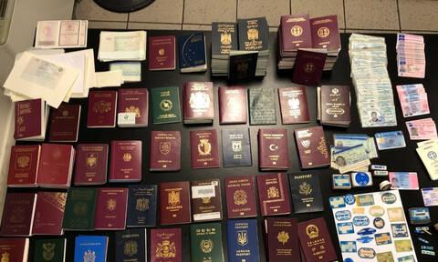 Εξαρθρώθηκε σπείρα που εξέδιδε πλαστά διαβατήρια στο κέντρο της Αθήνας