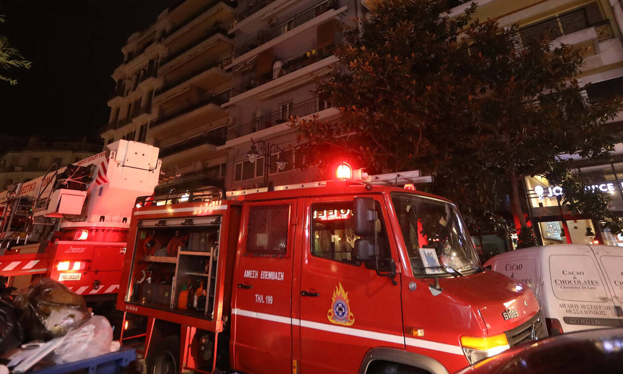 Φωτιά σε διαμέρισμα στο Γαλάτσι – Κατέβασαν ένοικο από το κλιμακοστάσιο