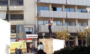 Συναγερμός ΤΩΡΑ στο Ηράκλειο: Άντρας απειλεί να αυτοπυρποληθεί (pics&vid)