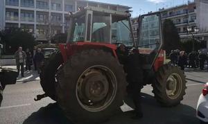 Μπλόκα αγροτών: «Εισβολή» των τρακτέρ στο Βόλο - «Ζεσταίνουν μηχανές» για Αθήνα (pics)