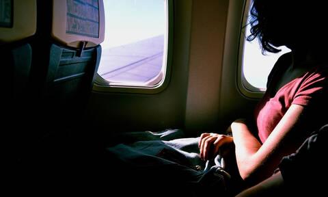 Πώς να ξεγελάσετε τους «διαδικτυακούς φίλους» σας ότι ταξιδεύετε (vid)