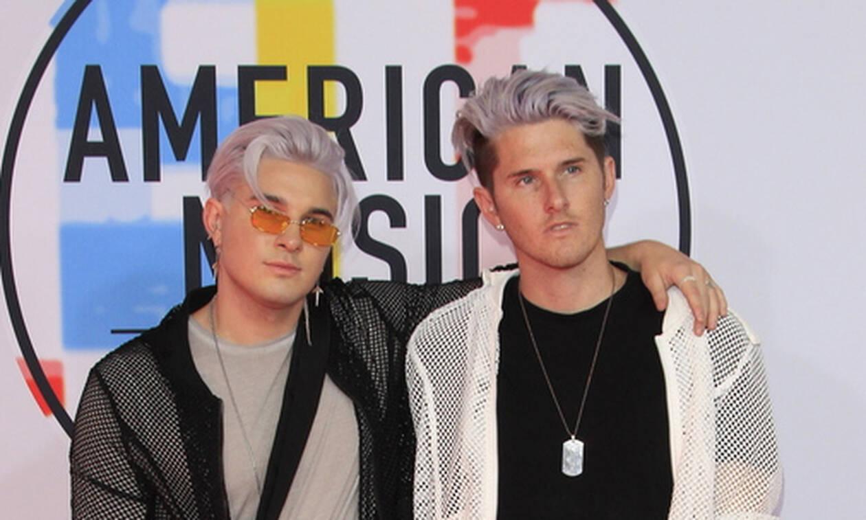 Λύθηκε το μυστήριο: Δείτε ποιοι είναι οι ξανθοί δίδυμοι που εμφανίζονται παντού στα Grammy