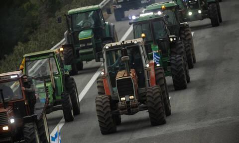 Μπλόκα αγροτών: «Zεσταίνουν» τα τρακτέρ - Ποιους δρόμους θα κλείσουν την Τρίτη (12/02)