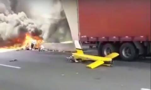 Φριχτό δυστύχημα: Ελικόπτερο συγκρούσθηκε με νταλίκα εν κινήσει - Νεκρός γνωστός δημοσιογράφος (Vid)