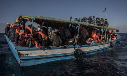 Συναγερμός στη Μεσόγειο: Σκάφος με 150 μετανάστες πλέει ακυβέρνητο ανοικτά της Λιβύης