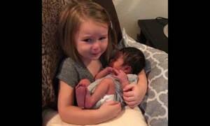Γνωρίζει για πρώτη φορά το ξαδελφάκι της και μένει άφωνη - Δείτε γιατί (vid)