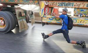 Βίντεο που κόβει την ανάσα: 19χρονος «κρέμεται» από νταλίκα!