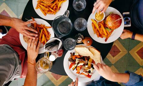 3 δημοφιλή φαγητά που δεν πρέπει να παραγγέλνεις όταν τρως έξω