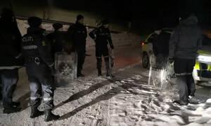 Αστυνομικοί κάνουν έλκηθρο με τις… ασπίδες τους! (vid)