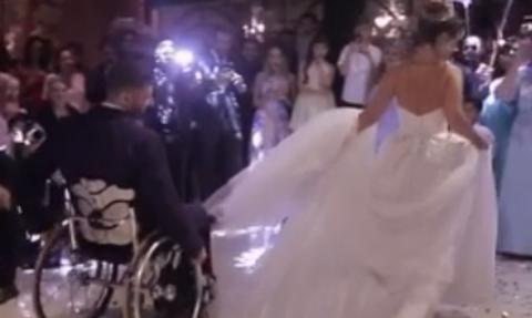 Θα δακρύσετε σίγουρα! Ο πιο συγκινητικός γαμήλιος χορός νύφης - γαμπρού που είδατε ποτέ (video)