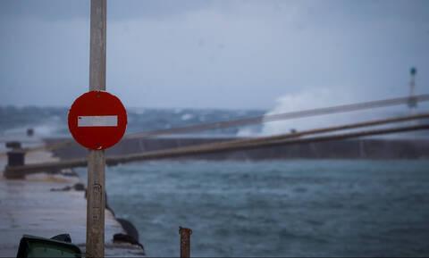 Κακοκαιρία: Δεμένα τα πλοία στα λιμάνια – Πού ισχύει το απαγορευτικό απόπλου