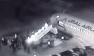Απίστευτο βίντεο: Κατέρρευσε σκάλα επιβίβασης σε αεροπλάνο και οι επιβάτες έπεφταν στο κενό