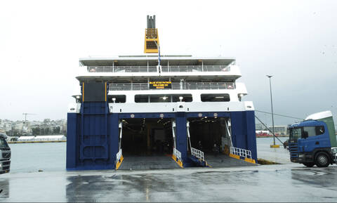 Strong winds keep ships docked at ports