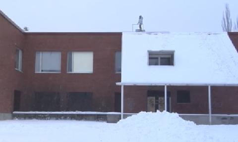 Ανέβηκε στη σκεπή του σπιτιού του για να κάνει snowboard! Δεν φαντάζεστε τη συνέχεια (vid)