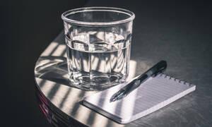 Δεν πίνεις νερό; Δες πώς θα καταφέρεις να καταναλώνεις τουλάχιστον 1,5 λίτρο