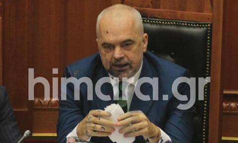 Σκηνές σοκ στη Βουλή της Αλβανίας: Πέταξαν μπογιές στον Έντι Ράμα (vid&pics)