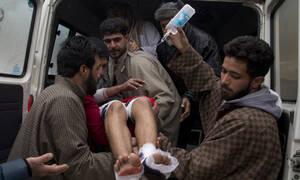 «Λουτρό αίματος» στην Ινδία: Βομβιστής - καμικάζι σκότωσε ακαριαία 44 άτομα (pics+vid)