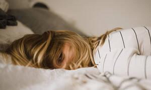 Το κόλπο για να σε πάρει ο ύπνος μέσα σε μόλις 2 λεπτά