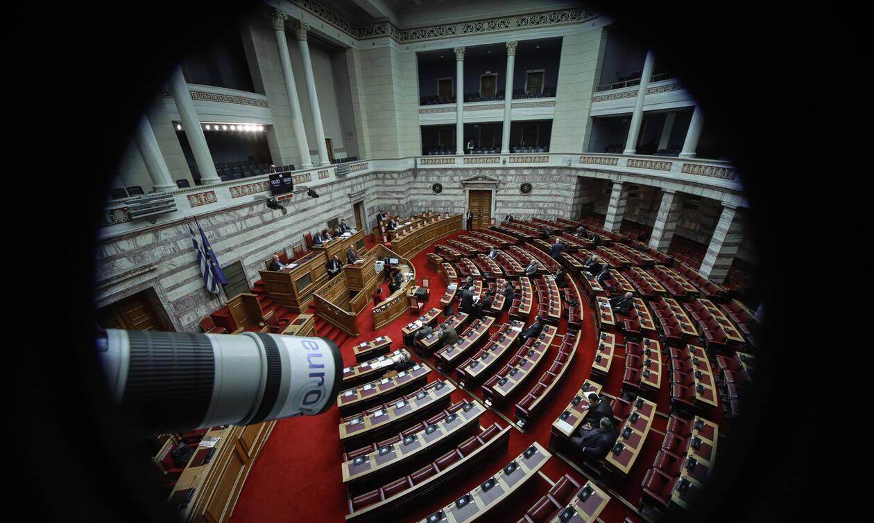 Σύνταγμα: Η θεσμική συνέπεια της ΝΔ απέναντι στη μικροκομματική εργαλειοποίηση του ΣΥΡΙΖΑ