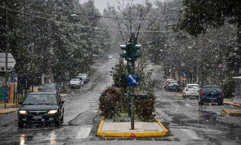 Καιρός ΤΩΡΑ: Στο «ψυγείο» η Ελλάδα – Δείτε πού χιονίζει στην Αττική (vid)