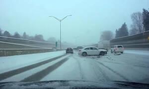 Δείτε μια διπλή αποφυγή τρακαρίσματος σε χιονισμένο αυτοκινητόδρομο (vid)