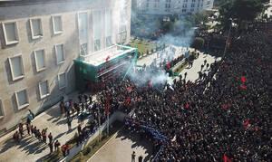 Χάος στην Αλβανία: Άγρια επεισόδια και ξύλο - Χιλιάδες διαδηλωτές ζητούν παραίτηση Ράμα (pics)