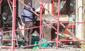 «Πόλεμος» στην Αλβανία: Άγρια επεισόδια, μολότοφ και χημικά - Έσπασαν το κτήριο της Βουλής (Pics)