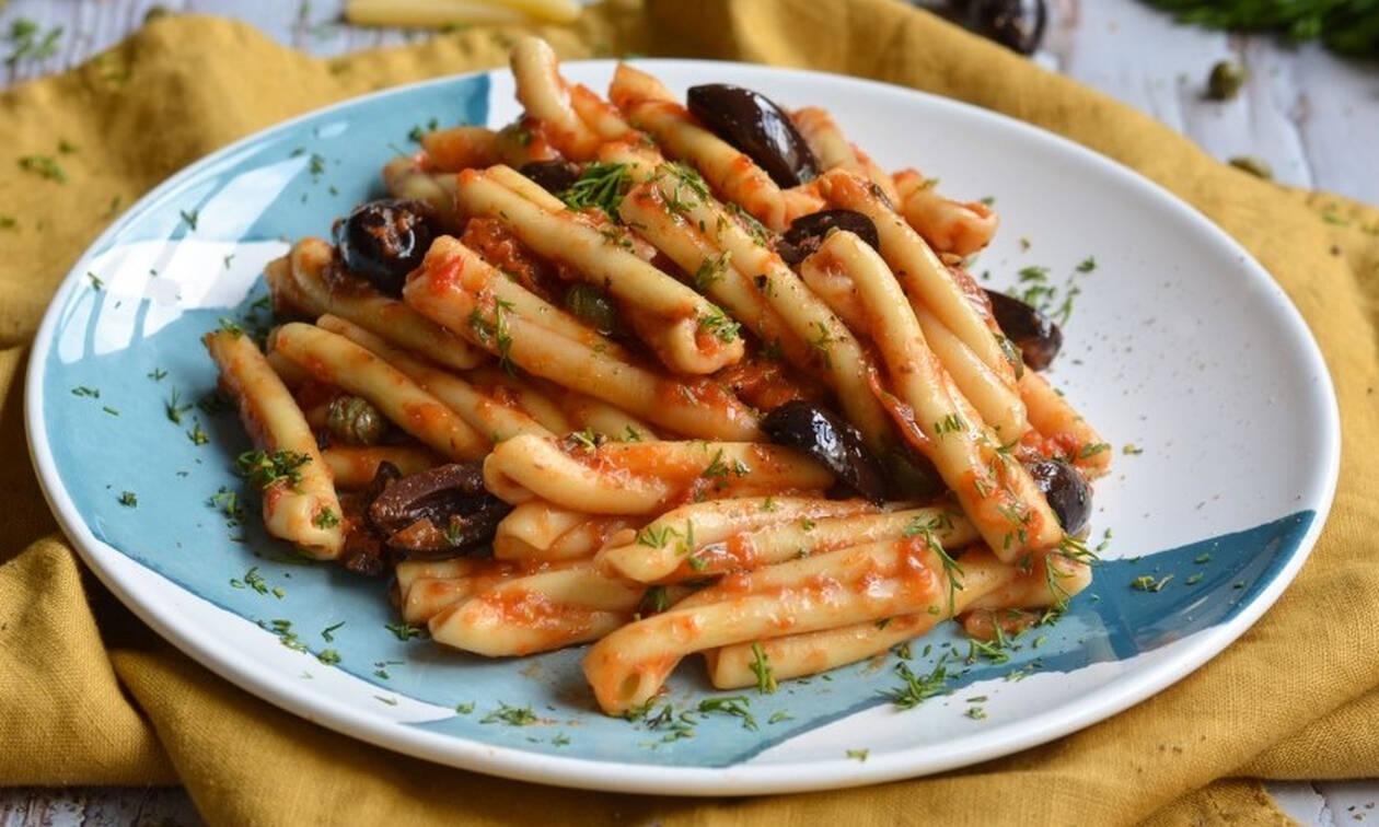H συνταγή της ημέρας: Πλεξούδες με κόκκινη σάλτσα, αντζούγιες και ελιές