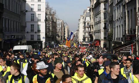 Συναγερμός στη Γαλλία: Αυτοκίνητο εμβόλισε διαδηλωτές των «Κίτρινων Γιλέκων» στη Ρουέν (Pics+Vid)