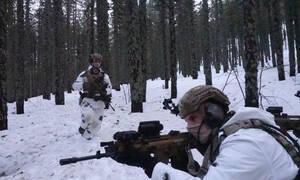 Συγκλονιστικές φωτογραφίες: Καταδρομείς σε παιχνίδια «πολέμου» στα χιόνια
