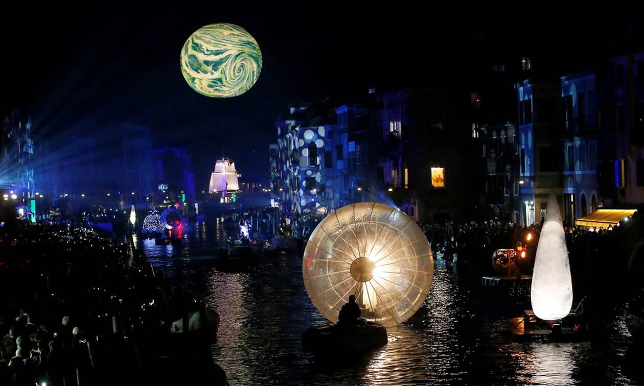 Παραμυθένιες εικόνες: Φώτα και χρώματα στην εντυπωσιακή έναρξη του καρναβαλιού στη Βενετία (pics)