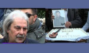 Συντετριμμένος ο πατέρας του Παντελίδη στο μνημόσυνο: «Τρία χρόνια με κλάματα…»