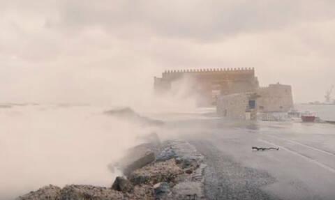 Ηράκλειο: Τολμηρός ταξιδιώτης καταγράφει την απίστευτη κακοκαιρία στο Φρούριο Κούλε
