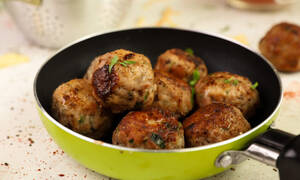 Συνταγή της ημέρας: Κεφτεδάκια με τηγανητές πατάτες