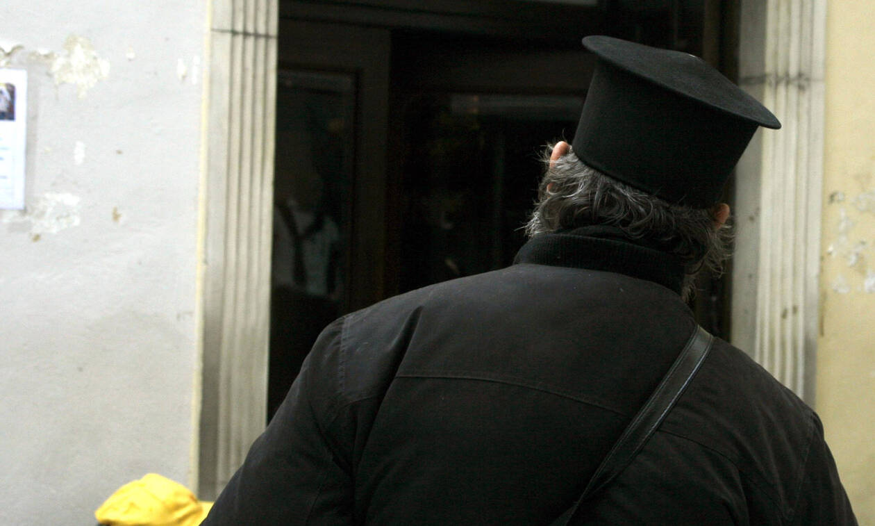 Απίστευτο περιστατικό! Τι ζήτησε ιερέας από βουλευτή του ΣΥΡΙΖΑ - Δείτε το βίντεο