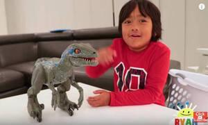 «Μάνα γιατί με σπούδασες;» Αυτός ο 7χρονος YouTuber βγάζει 24 εκατ. δολάρια το χρόνο κάνοντας…