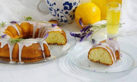 Πανεύκολο κέικ λεμόνι με γλάσο λεμονιού (vid)