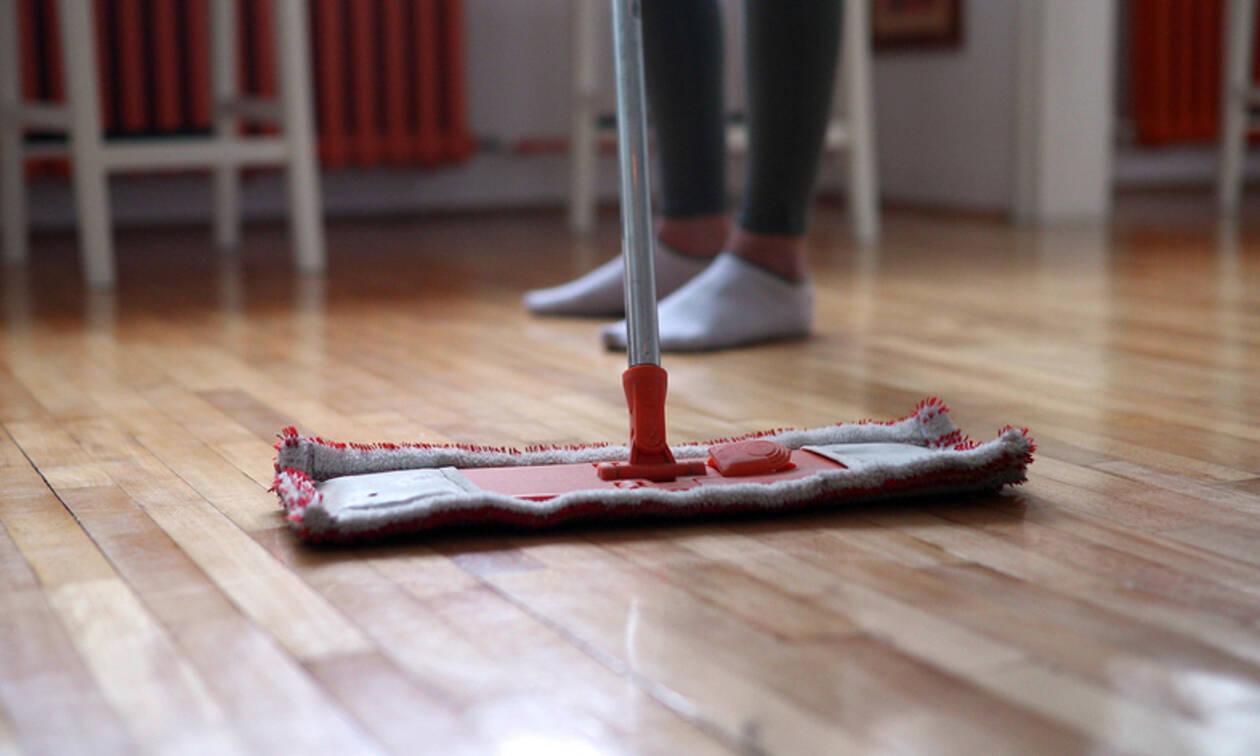 Πώς να διατηρήσετε το ξύλινο δάπεδο του σπιτιού σας καθαρό και λαμπερό