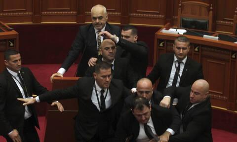 «Βυθίζεται» στο πολιτικό χάος η Αλβανία: Παραιτήθηκε κόμμα της αντιπολίτευσης