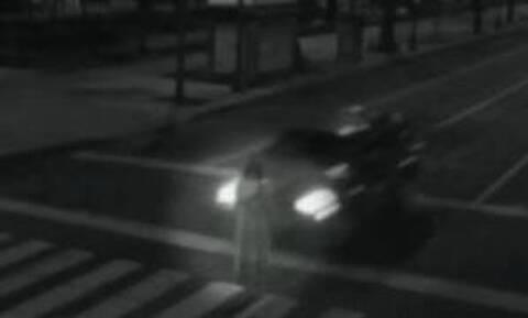 Aπό άλλη διάσταση: Απόκοσμη γυναικεία μορφή εμφανίζεται ξαφνικά στη μέση του δρόμου (Vid)