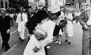 Η φωτογραφία που έμεινε στην ιστορία: Πέθανε ο ναύτης του θρυλικού φιλιού στην Times Square