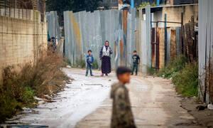 Βίντεο ΣΟΚ: Άγρια επίθεση ανήλικων σε γυναίκα με στόχο τη ληστεία στη Θήβα