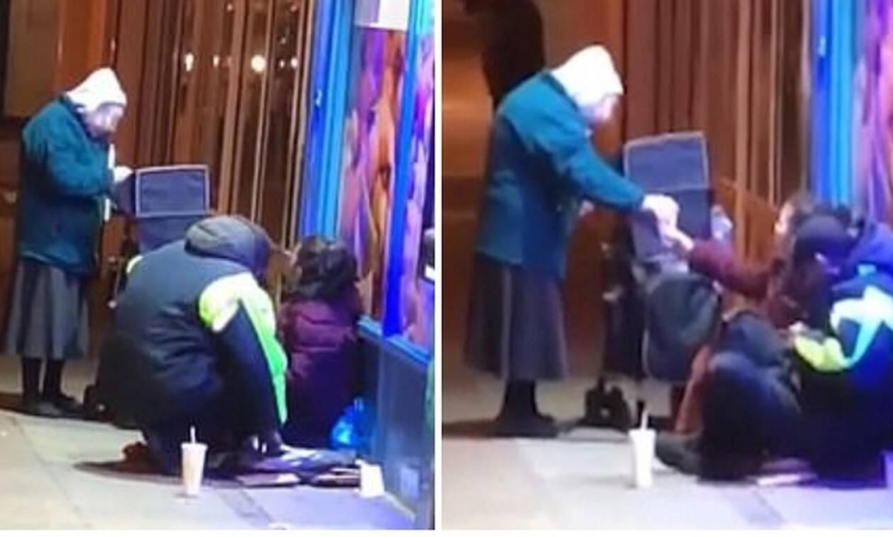 Ηλικιωμένη γυναίκα βγήκε στους δρόμους και μοίρασε σούπα στους άστεγους μέσα στην παγωνιά (vid)