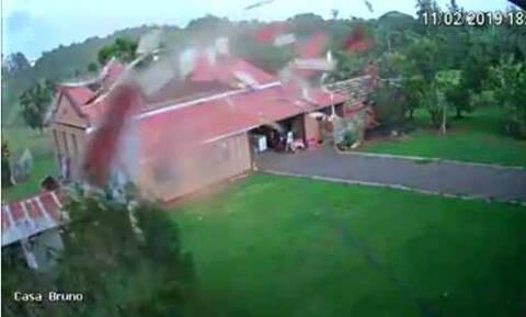 Η οργή της Φύσης: Καρέ - καρέ η τρομακτική στιγμή που άνεμοι ταχύτητας 160 χλμ ξηλώνουν σπίτι (Vid)